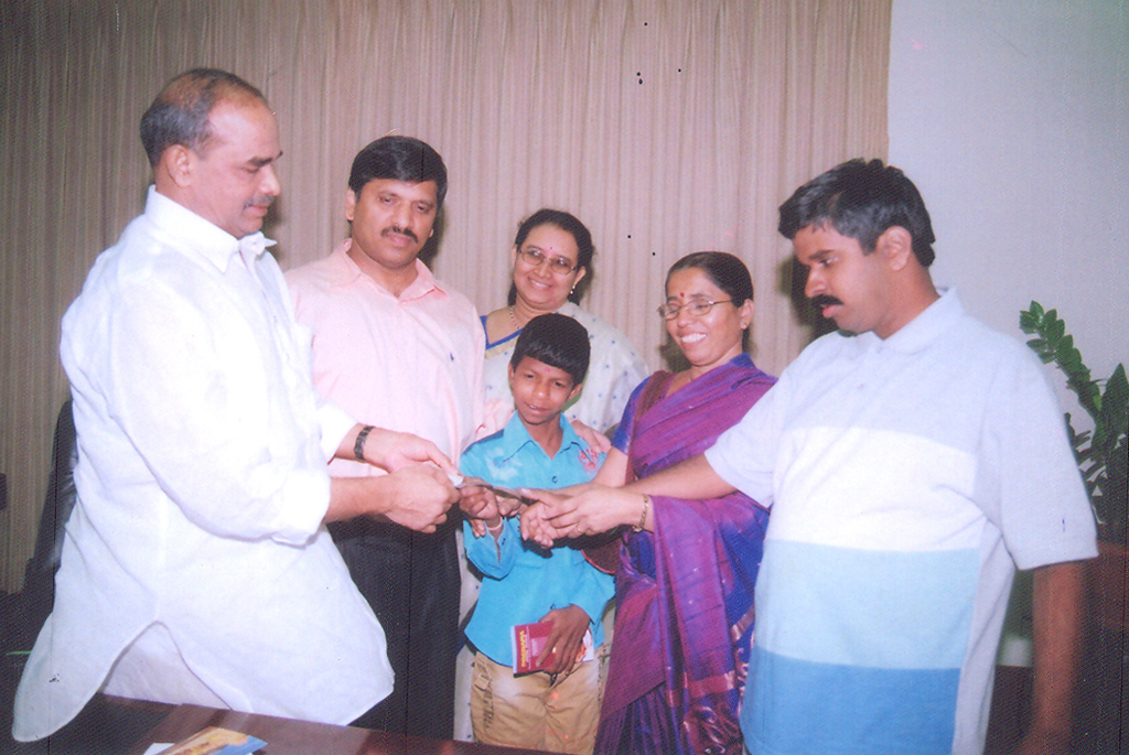dr_ys_raja_sekhara_reddy_with_donated_to_school_1