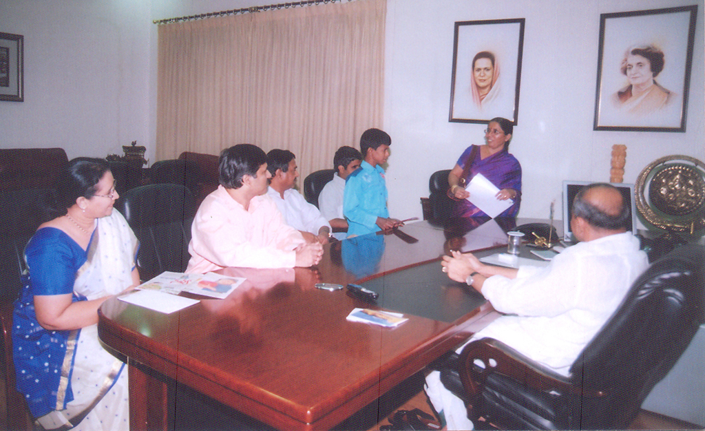 dr_ys_raja_sekhara_reddy_with_donated_to_school_2