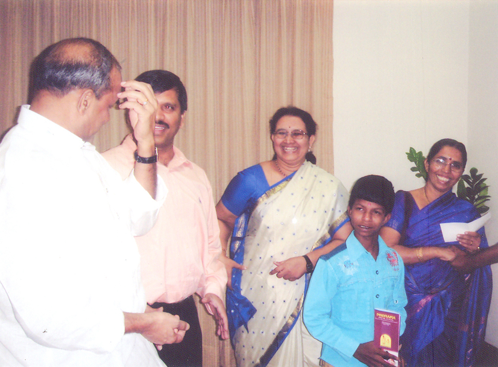 dr_ys_raja_sekhara_reddy_with_donated_to_school_5
