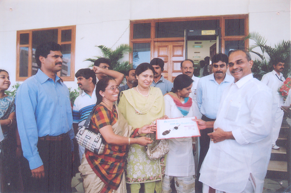dr_ys_raja_sekhara_reddy_with_donated_to_school_7